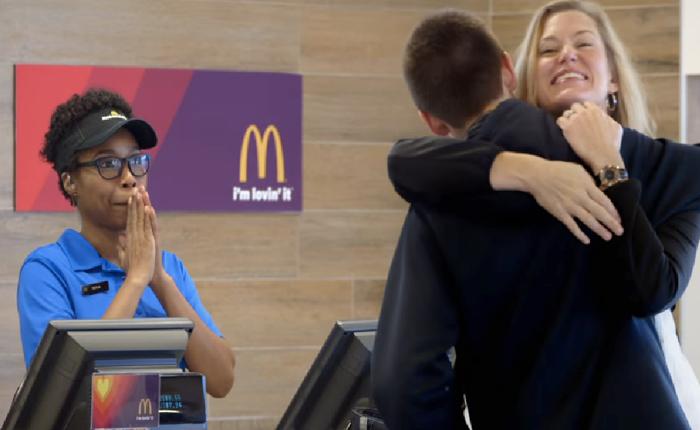 แมคฯสร้างรอยยิ้มให้ลูกค้าในร้านได้อีกแล้ว แค่จ่ายค่าแฮมเบอร์เกอร์ด้วยความรัก!