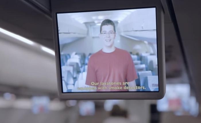 สายการบินใช้วิธีใหม่กระตุ้นให้ลูกค้าฟังคำแนะนำความปลอดภัยบนเครื่อง ด้วยการใช้คนในครอบครัวตัวเองมาพูดแทนแอร์โฮสเตสเสียเลย!