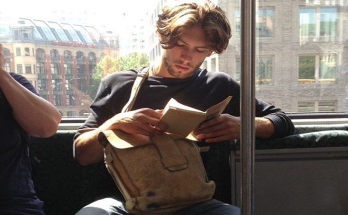 IG ชวนฟิน 'Hot Dudes Reading' ร้อนแรงสุดๆ 13 ภาพ ฟอลโลว์เป็นแสน