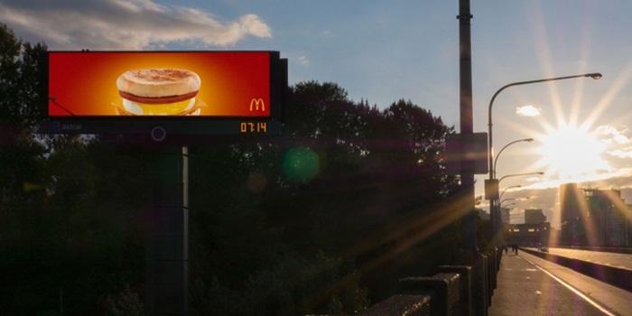 บิลล์บอร์ด McDonald เจ๋ง! ทำพระอาทิตย์ขึ้นเป็นเมนูอาหารเช้า