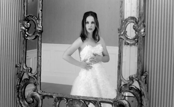 """Ad ใหม่ Miss Dior """"นาตาลี พอร์ตแมน"""" สลัดชุดเจ้าสาว โชว์โหนบันไดปืนขึ้น ฮอ."""