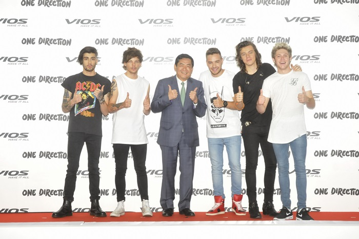 1D Contract Signing Vios Presenter_003_Resize