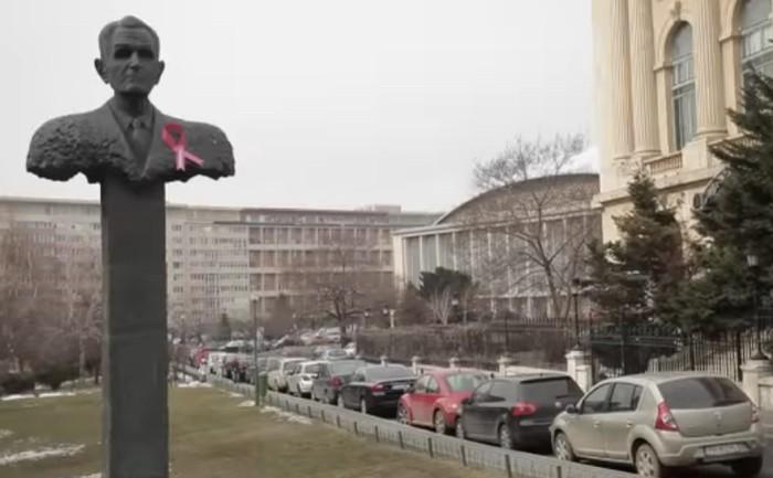 NGO สุดครีเอท! กระตุ้นคนทั้งโลกให้ตระหนักในโรคมะเร็งเต้านม แค่แปะโบว์สีชมพูไปยังภาพคนทั่วเมือง!