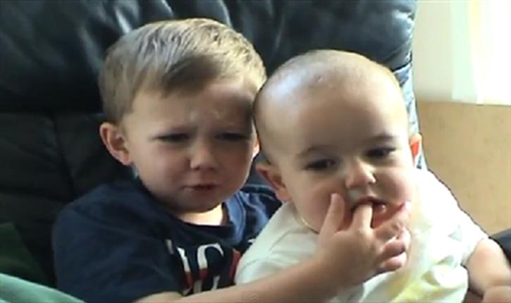"""ย้อนรอยไวรัลคลิปดัง """"Charlie bit my finger"""" ตอนนี้ 2 หนูน้อยเปลี่ยนไปแค่ไหนแล้ว?"""