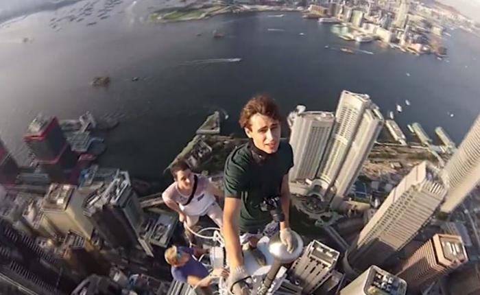 คลิปไวรัลสุดหวาดเสียว! กลุ่มวัยรุ่นท้าทายความกล้าด้วยการเซลฟี่ บนตึกสูงลัดฟ้าที่ฮ่องกง