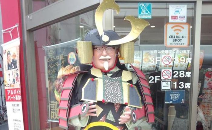 """KFC ญี่ปุ่น จับ """"ผู้พันแซนเดอร์"""" ใส่ชุดคอสเพลย์ซามูไร สวมเกราะเต็มยศ ต้อนรับวัน """"เด็กผู้ชาย"""""""