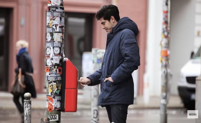 NESCAFÉ ชวนคนแปลกหน้าให้รู้จักกันแค่กดปุ่มกดเครื่องชงกาแฟพร้อมกันก่อนข้ามถนน!