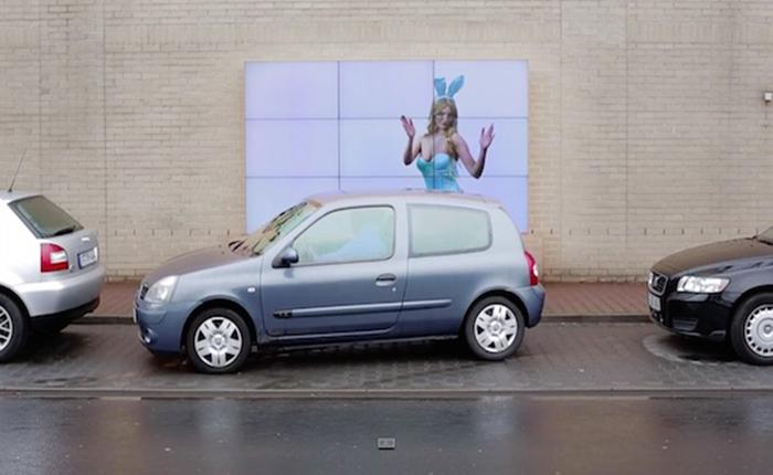 บิลบอร์ดของรถ Fiat ไม่ธรรมดา! ช่วยคนขับจอดรถให้ปลอดภัยได้ด้วย