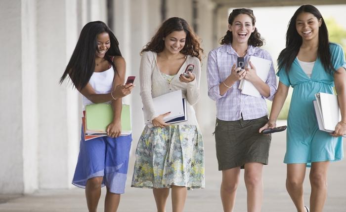 """มหาวิทยาลัยในสหรัฐฯ แก้ปัญหาอุบัติเหตุขณะ นศ.เดินส่ง """"Text"""" ได้เก๋สุดๆ"""