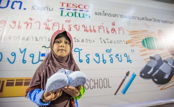 """ปลื้มแทนเด็ก ๆ กว่า 22,390 คน กับยอดบริจาครองเท้านักเรียนทะลุเป้า! กับโครงการ """"พาน้องไปโรงเรียน"""" จาก เทสโก้ โลตัส"""