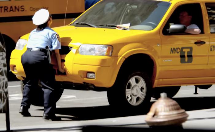 เว็บไซต์ขายรถใช้ Guerilla marketing สุดฮายกรถทั้งคันให้เห็นต่อหน้าเผื่อว่าจะสังเกตป้ายโฆษณาบนรถไปด้วย