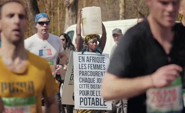 ไอเดียชวนสะอึก! นำสาวเทินกระติกน้ำบนหัวเข้าร่วมขบวนวิ่งมาราธอน หวังยอดบริจาคเพื่อน้ำสะอาดในอัฟริกา