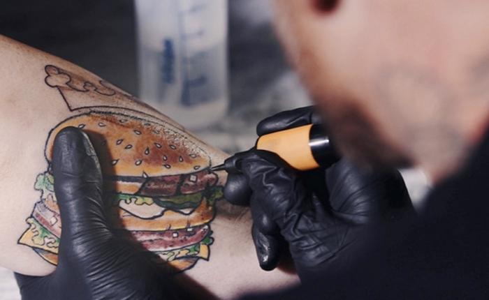 เบอร์เกอร์คิงท้าคนมีรอยสักรูป Big Macเพิ่มรอยไหม้เข้าไปให้สมกับเป็น Big King เมนูดังจากแบรนด์ตัวเอง