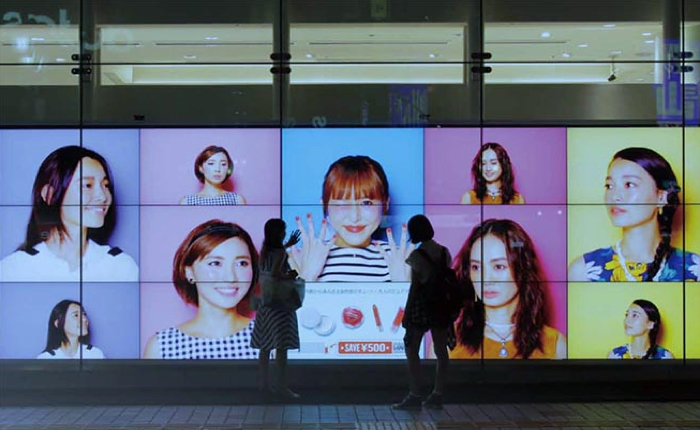 แบรนด์เครื่องสำอางญี่ปุ่นสร้างบิลบอร์ดอินเตอร์แอคทีฟ ลูกค้ากดเลือกแบบแต่งหน้าสไตล์ไหนก็ได้คูปองไปแต่งตามพร้อมส่วนลดสินค้าทันที