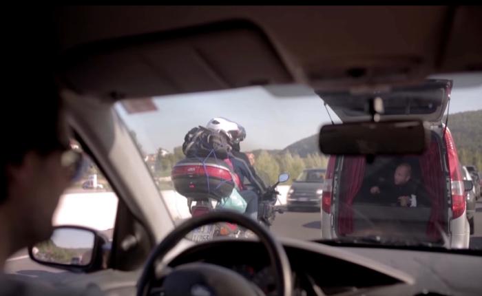โรงละครเร่หาคนดูด้วยการยกโรงหนังมาไว้ในหลังรถ รถติดเมื่อไหร่ก็ได้เอ็นจอย!
