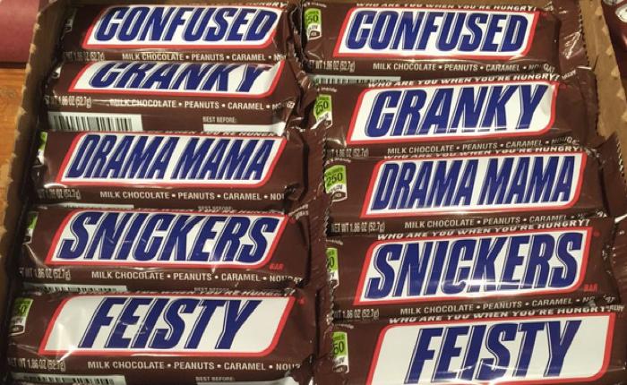Snickers ช็อคโกแลตกล้าดี! เปลี่ยนชื่อแบรนด์บนซองเพื่อล้อเลียนลูกค้า!