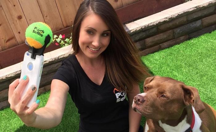 """ปัญหาเซลฟี่กับน้องหมาไม่ได้ดั่งใจ """"Pooch Selfie"""" อุปกรณ์ใหม่ช่วยคุณได้"""