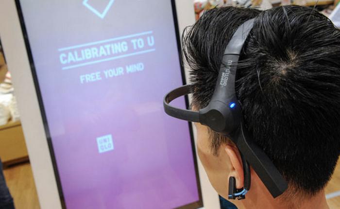 Uniqlo หาวิธีใหม่ ใช้คลื่นสมองช่วยลูกค้าเลือกเสื้อยืดกับบูธ Umood