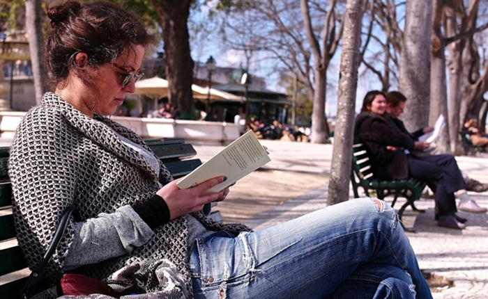 woman-reading-outside1