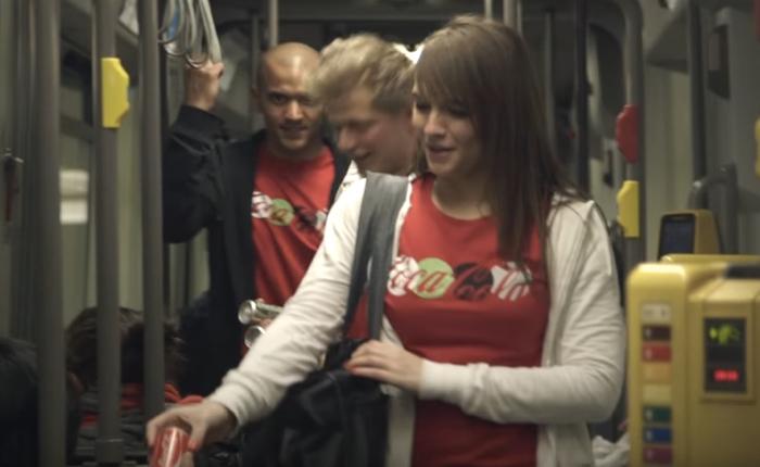 โค้กชวนคนยิ้มรับความสุขง่ายๆ  จัดหน้าม้าขำกร้ากจนคนทั้งรถไฟอดขำตามไม่ได้
