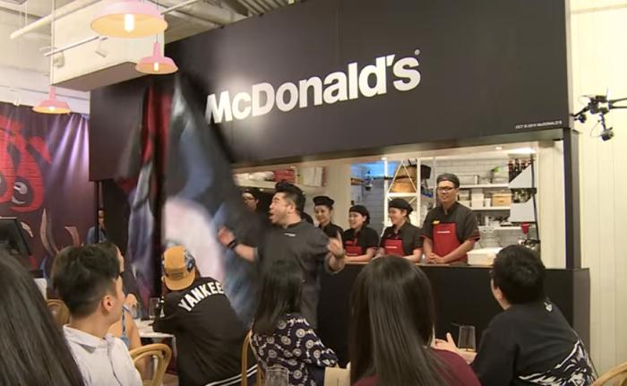 แมคโดนัลด์พรางตัวเปิดร้าน Pop Up store วัดใจลูกค้าให้ทานเบอร์เกอร์ฟรีและจ่ายราคาที่คิดว่าเหมาะสมเอง!