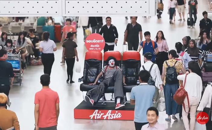 Air Asia ทำ Guerrilla Marketing เซอร์ไพรส์กลางดอนเมือง โชว์โปรใหม่เลือกที่นั่งปั๊ป ลุ้นบินฟรี!