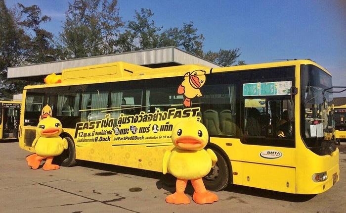 "Ambient Ad รถเมล์ Tesco Lotus Express ทำเซอร์ไพรส์ปล่อย ""Fastเป็ด"" เรียกความสนใจคนกรุง"