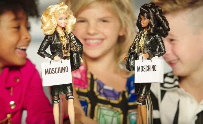 """ฮือฮา! โฆษณาใหม่ตุ๊กตา """"บาร์บี้"""" มีเด็กผู้ชายร่วมด้วย"""