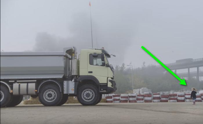 วอลโว่สุดเก๋า! จับเด็ก 4 ขวบมาจับรีโมทคุมรถบรรทุกยักษ์ โชว์ฟอร์มรถสุดทรหดที่แสนปลอดภัย