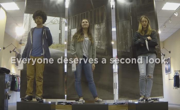 """องค์กร NGO ช่วยเด็กวัยรุ่นข้างถนนด้วยการจับมาเป็น """"หุ่นคนเป็น"""" ณ ร้านเสื้อ เพื่อให้คนมองพวกเขาในมุมมองใหม่!"""