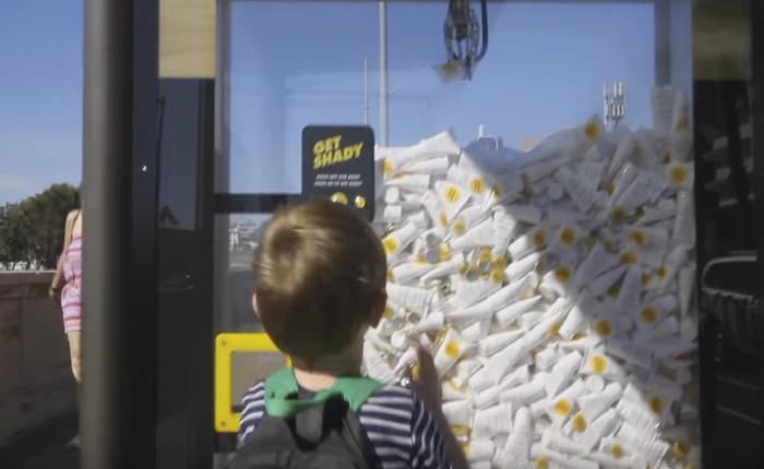 สถาบันมะเร็งใช้ตู้คีบตุ๊กตามาฝังไว้ในบิลบอร์ด กระตุ้นคนให้งีบครีมกันแดดไปใช้ป้องกันผิว!