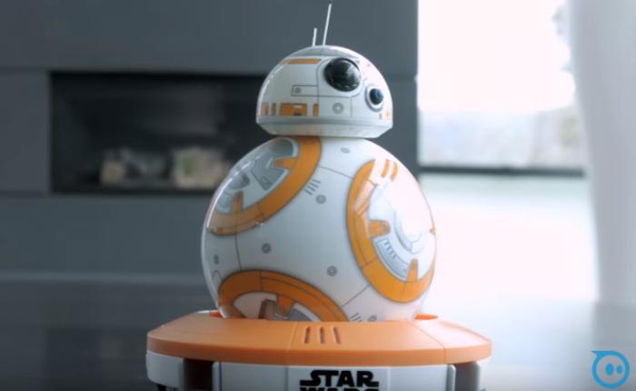 """หุ่นยนต์ """"BB-8"""" ทำกำไรให้กับบริษัทของเล่น ขายได้ 2,000 ตัวใน 1 ชั่วโมง"""