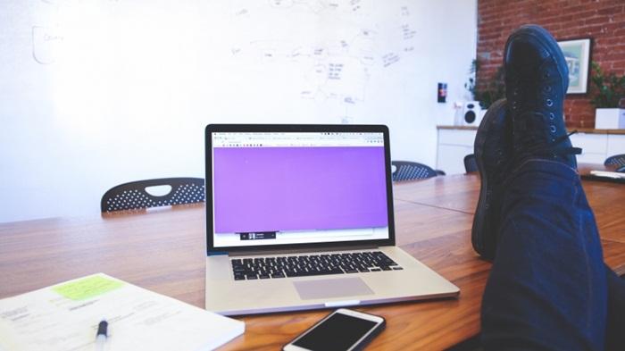 millenials-startup-converse-desk-young