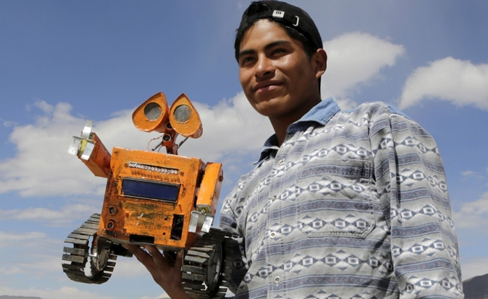 หนุ่มน้อยวัย 17 ปี สร้างหุ่นยนต์เลียนแบบ WALL-E จากเศษเหล็กในกองขยะ!