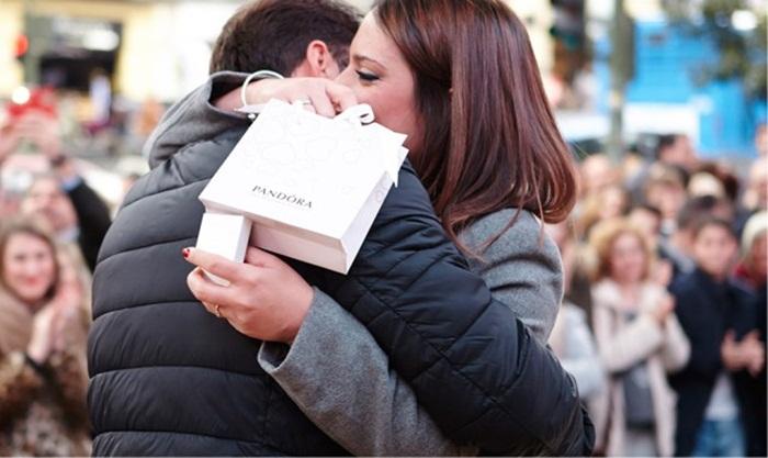 Pandora ช่วยหนุ่มขอสาวแต่งงานผ่านคลิปวีดีโอจากอนาคต