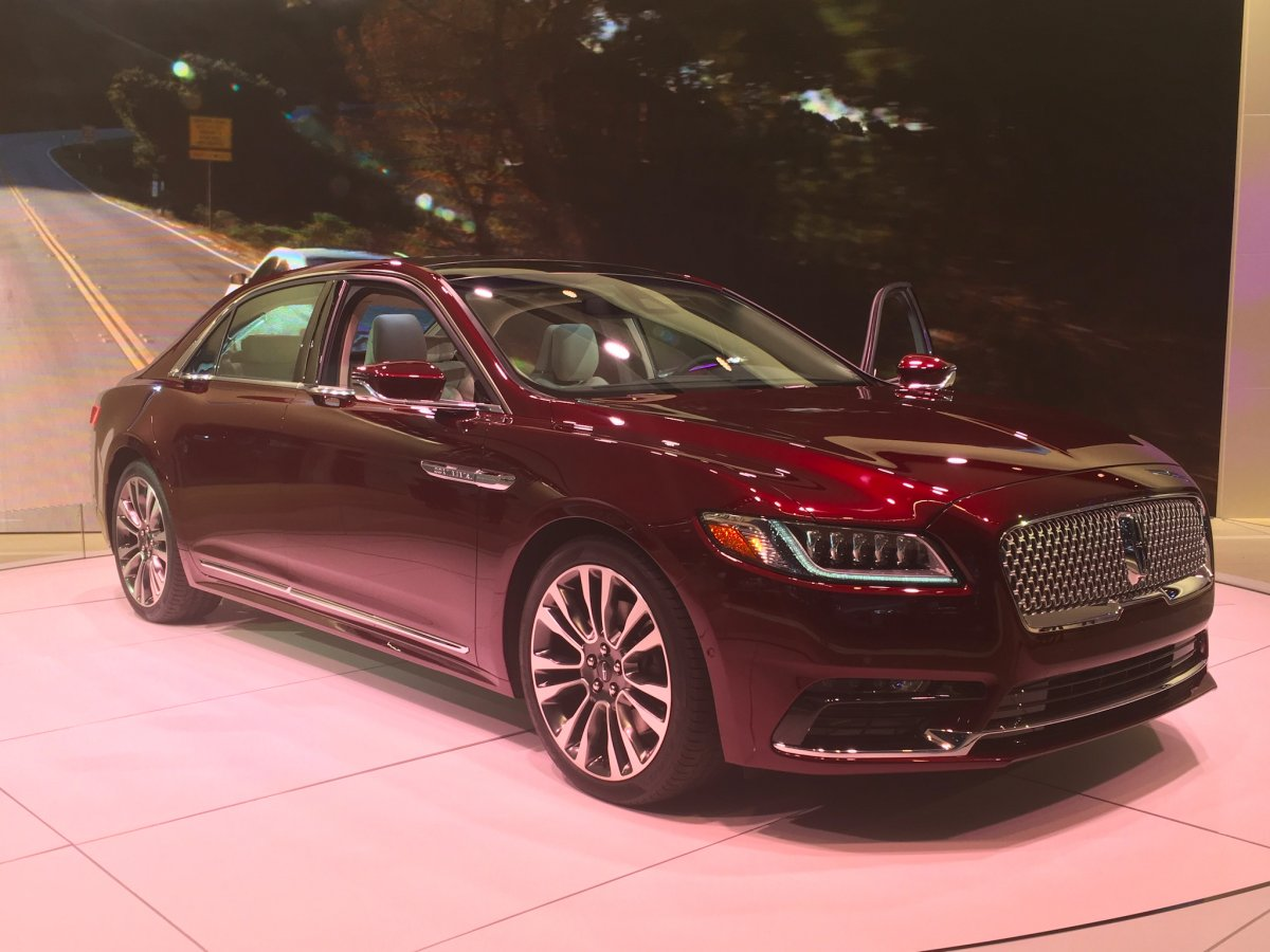 lincoln-also-featured-the-production-version-of-last-years-show-darling--the-continental-sedan