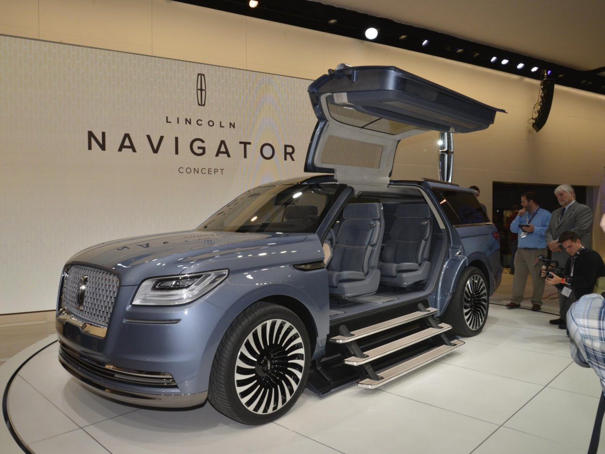 lincoln-kicked-off-the-festivities-by-surprising-everyone-with-the-gull-winged-navigator-concept-it-based-on-a-luxury-yacht-2