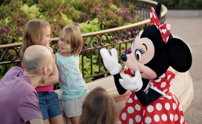 เมื่อหนูน้อยหูหนวกสื่อสารกับมินนี่ได้ กลายเป็นไวรัลที่อบอุ่น AD สุดประทับใจจาก Disney