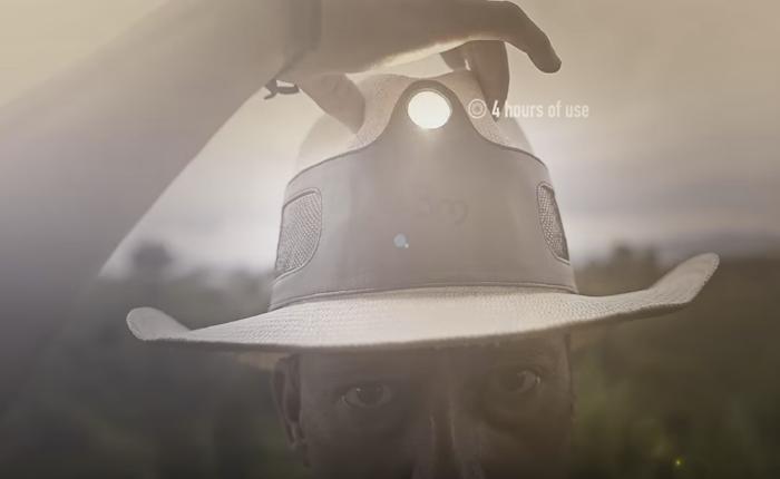 รัฐวิสาหกิจโคลัมเบีย ทำ CSR ผลิตหมวกไฟฉายพลังงานแสงอาทิตย์แจกจ่ายให้ประชาชน