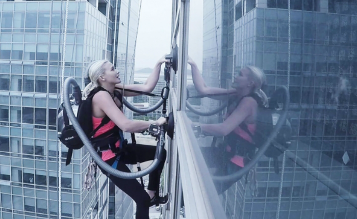 LG เล่นหวาดเสียว ท้าทายความแกร่งเครื่องดูดฝุ่น ให้นักปีนเขาเอามาใช้ไต่ตึกสูง 400 ฟุต!