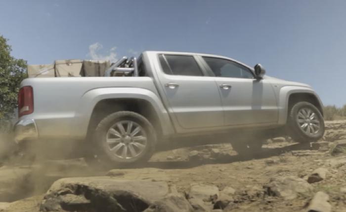 โฟล์กชวนลูกค้าทำ CSR และทดสอบรถกระบะสุดแกร่งด้วยการขับรถไปบริจาคของในชนบท
