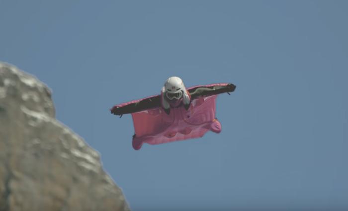 ดังกิ้นโดนัท ใช้สตันท์แมนบินจากยอดเขามาคว้าถุงโดนัท โปรโมทความไวในการสั่งอาหาร