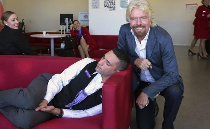 อรรถรส! ชาวเน็ตแต่งภาพ Richard Branson กับพนักงานงีบหลับอย่างสนุกมือ