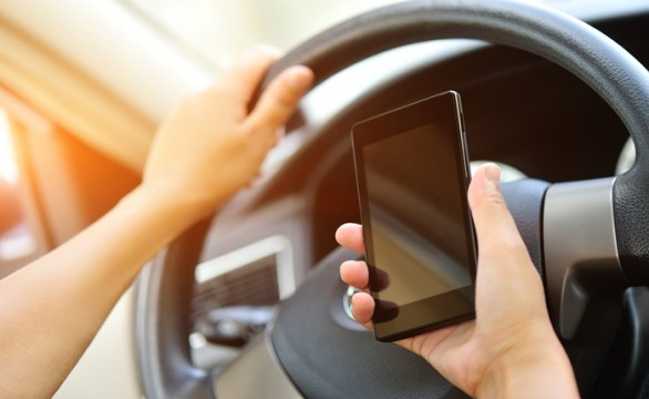 woman driver use her cell phone in car