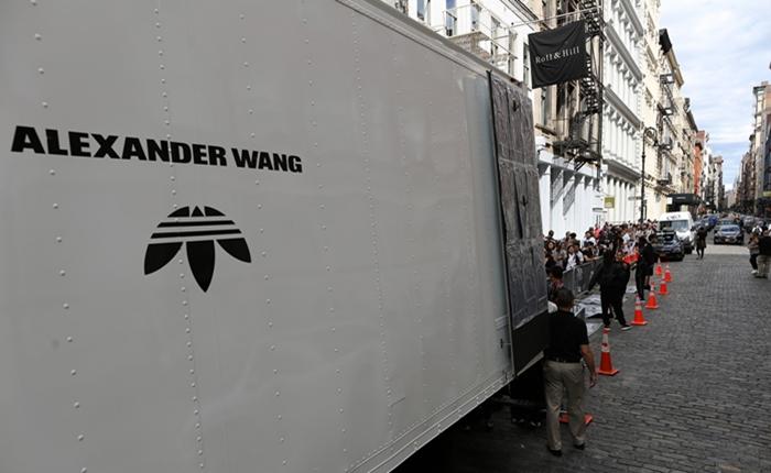 Alexander Wang ฉีกทุกกฎเกณฑ์ กับความกล้ากลับหัว Upside down โลโก้ Adidas