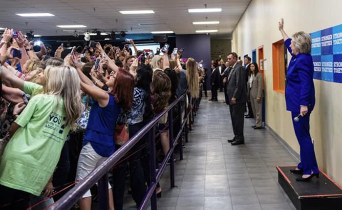 ภาพกลุ่มผู้สนับสนุนหันหลังให้ Hillary Clinton กลายเป็นหนึ่งในภาพประวัติศาสตร์ของยุคเซลฟี่