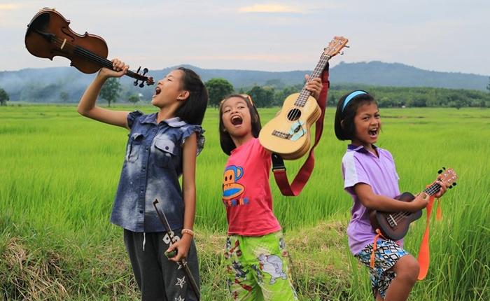ชาวเน็ตแห่แชร์กระหึ่ม คลิปน่ารักของเด็กไทยเล่นดนตรีเพลงสากล ท่ามกลางธรรมชาติ