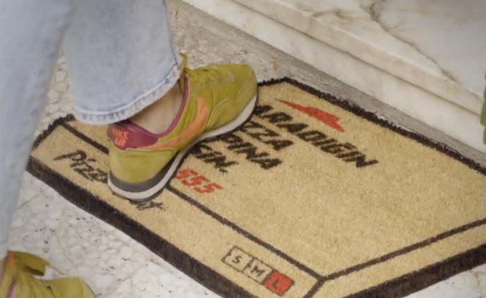 เดี๋ยวนี้ใครเขาแจกใบปลิวสั่งพิซซ่ากันล่ะ สิ้นเปลืองเสียเวลา หยิบมันมาทำเป็นพรมเช็ดเท้าซะเลย!