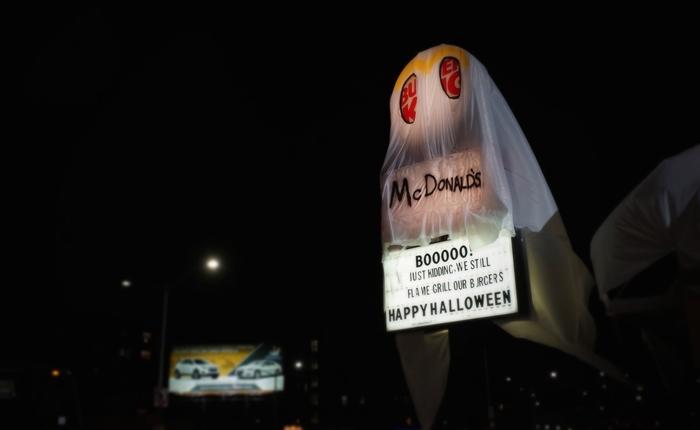 Booooooo! Just kidding เมื่อ Burger King แต่งร้านเป็นชุดผี McDonald's