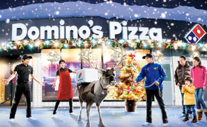 โดมิโน่เอาจริง! จัดกวางเรนเดียร์เป็นๆ มาเดินส่งพิซซ่าให้ลูกค้าเซอร์ไพรส์ในวันคริสต์มาส